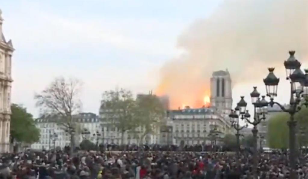 Historische kathedraal de Notre Dame in brand