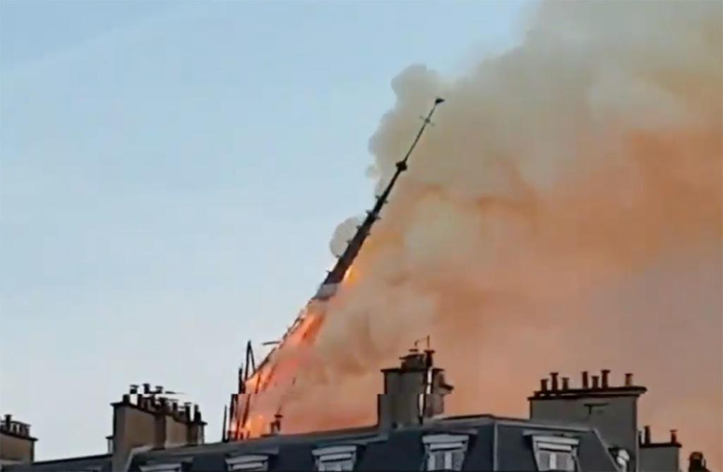 Notre Dame in brand, de toren valt