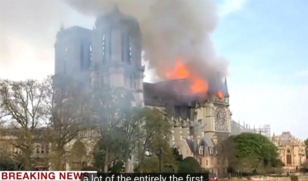 Begin van de brand bij de Notre Dame